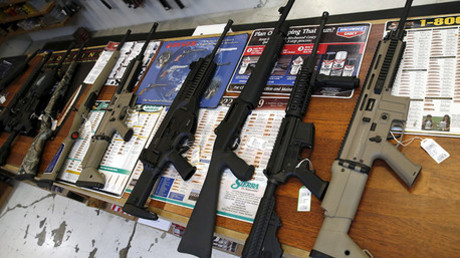 Mostrador con armas a la venta en una armería de Roseburg, Oregón, Estados Unidos.