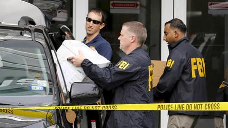 Agentes del FBI trasladan cajas y otros artículos de oficinas de Imagina, una empresa vinculada al escándalo en la FIFA en Miami, Florida el 3 de diciembre de 2015.