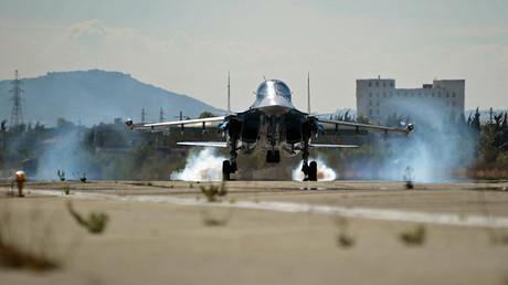 Un cazabombardero multifuncional Su-34 de la Fuerza Aérea de Rusia aterriza en la base Jmeimim en Siria