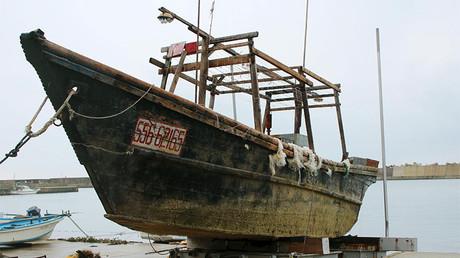 Barco de madera no identificado, Wajima, Japón, 29 noviembre 2015.