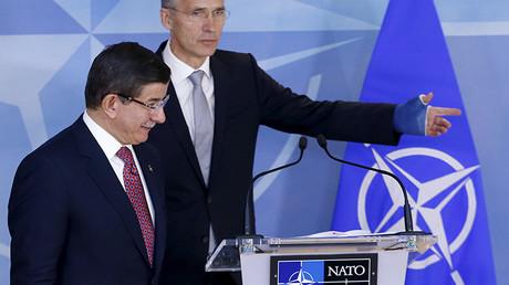 El primer ministro turco, Ahmet Davutoglu, junto con el Secretario General de la OTAN, Jens Stoltenberg