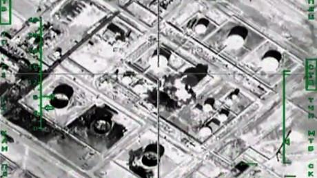 Un bombardero de la Fuerza Aeroespacial rusa ataca una refinería ocupada por los terroristas en Siria