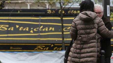 La gente llora delante de la sala de conciertos Bataclan, en París, en tributo a las víctimas del ataque terrorista