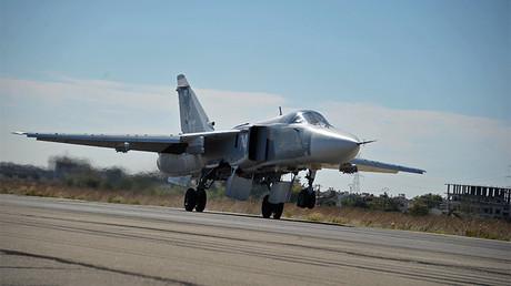 Un bombardero ruso Su-24 aterriza en la base aérea de Jmeimim, Siria, el 2 de noviembre 2015.