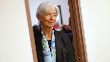 Christine Lagarde regresa a su oficina después de una entrevista en la sede del FMI en Washington el 1 de julio de 2015.