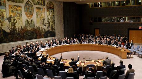 Miembros del Consejo de Seguridad votan en la Sede de Naciones Unidas, Nueva York, 18 de diciembre de 2015