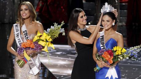 Miss Colombia junto a Miss Universo 2014, la cual le transfiere su corona a la ganadora Miss Filipinas.
