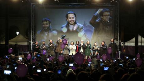 El líder de Podemos, Pablo Iglesias, y otros dirigentes del partido celebran con sus simpatizantes los resultados de las elecciones españolas.