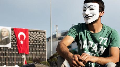 Un ciudadano turco con la cara tapada con el símbolo del grupo Anonymous