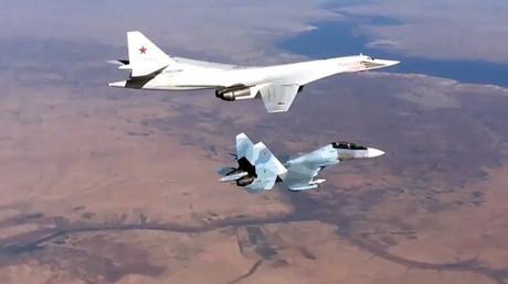 El caza ruso Su-30SM y bombardero Tu-160