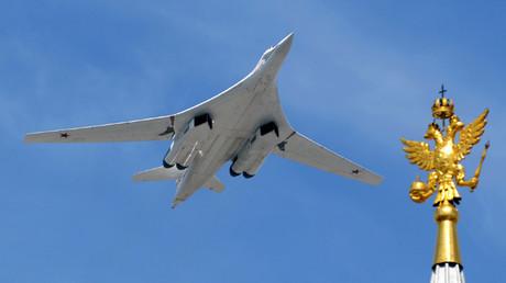 El bombardero estratégico ruso Túpolev Tu-160 sobrevuela la plaza Roja de Moscú