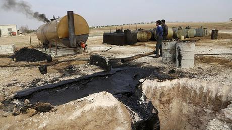 Hombres trabajan en un yacimiento petrolífero en la ciudad de Marchmarin, Siria, el 16 de diciembre de 2015