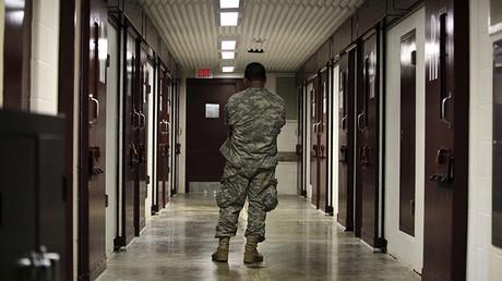 Un militar estadounidense hace la guardia en un bloque de la prisión de Guantánamo