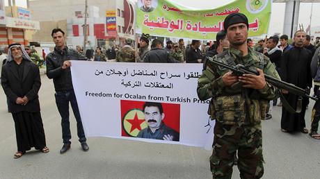 Manifestantes sostienen un cartel por la liberación del líder del PKK encarcelado Abdula Ocalan, durante una manifestación contra el despliegue militar turco en Irak