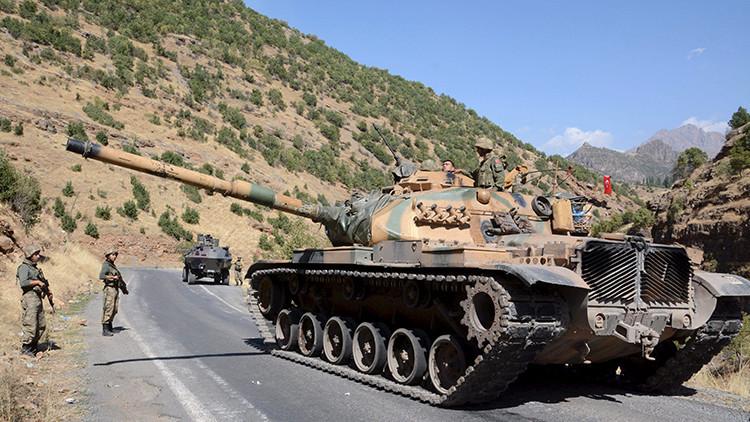 Soldados turcos en vehículos militares blindados se dirigen a la ciudad Beytussebab, provincia turca de Sirnak.