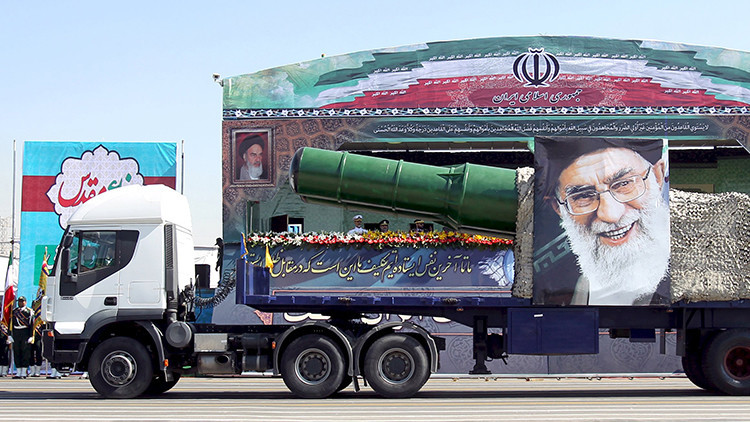Un camión militar que lleva un misil y una imagen del líder supremo de la República Islámica de Irán, el ayatolá Alí Jamenéi