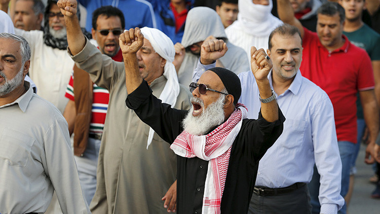 Un manifestante se manifiesta en contra de Arabia Saudita en una protesta por la ejecución del clérigo chiita Nimr al-Nimr, Baréin