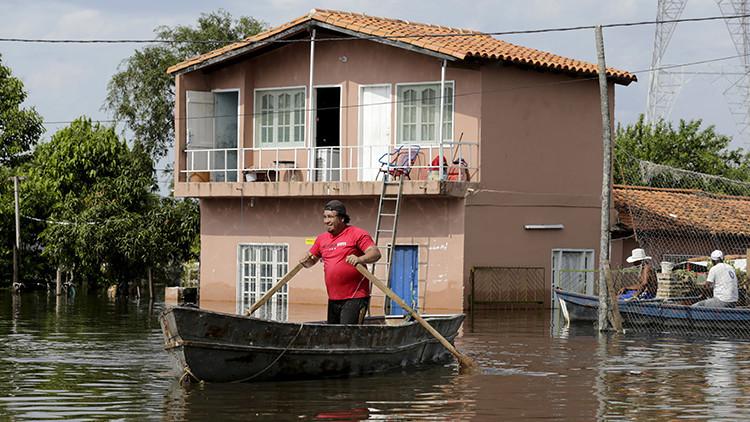Video: Las inundaciones convierten a una localidad paraguaya en una isla