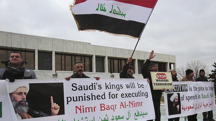 Estadounidenses musulmanes muestran su repulsa por la ejecución de clérigo musulmán chiíta Nimr al-Nimr en Arabia Saudita, durante un mitin en Dearborn, Michigan, el 3 de enero de 2016.