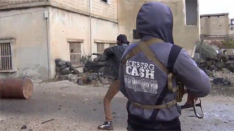 Fuertes imágenes: Un rebelde sirio es alcanzado por disparos en medio de un intenso tiroteo