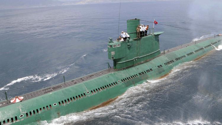 El líder norcoreano Kim Jong Un en la torreta de un submarino durante su inspección del Ejército Popular de Corea