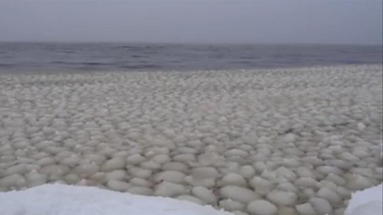 """""""De otro planeta"""": bolas de nieve flotantes cubren un lago en EE.UU. (Videos)"""