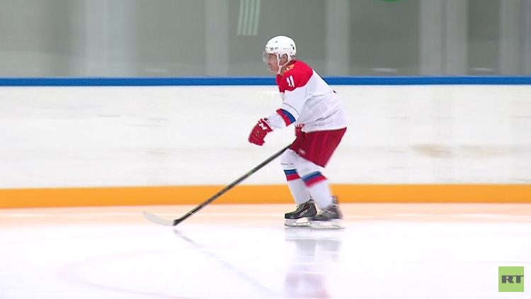 'Mens sana in corpore sano': Putin aprovecha sus vacaciones de Navidad jugando al hockey sobre hielo