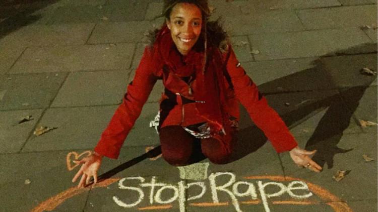 Activista que compartió su experiencia de violación en la Red se desnuda para crear conciencia