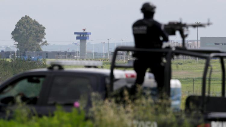 Un policía vigila el lugar en el que fue encontrado el túnel por el que 'El Chapo' Guzmán escapó de la cárcel de máxima seguridad de El Altiplano, en julio de 2015