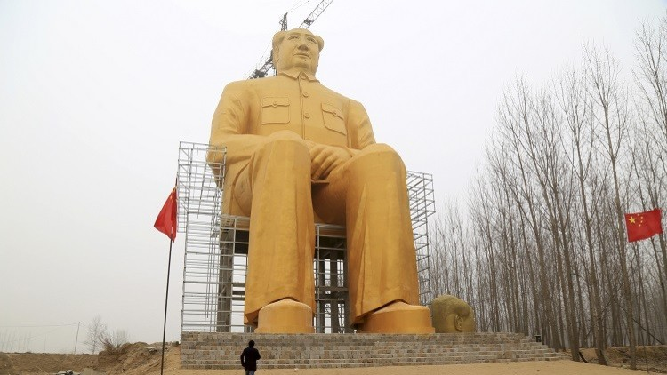 Demuelen la gigantesca estatua dorada de Mao en China