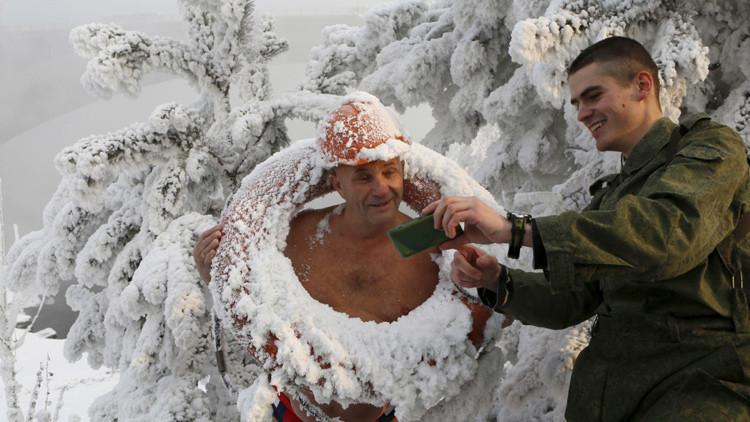 Playa al estilo ruso: las 'morsas' siberianas se bañan a 30 bajo cero