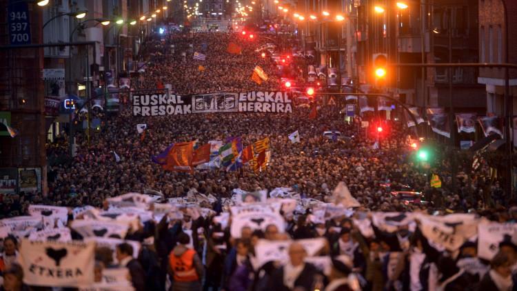 Miles de personas marchan por el acercamiento de los presos separatistas vascos (Fotos, Videos)