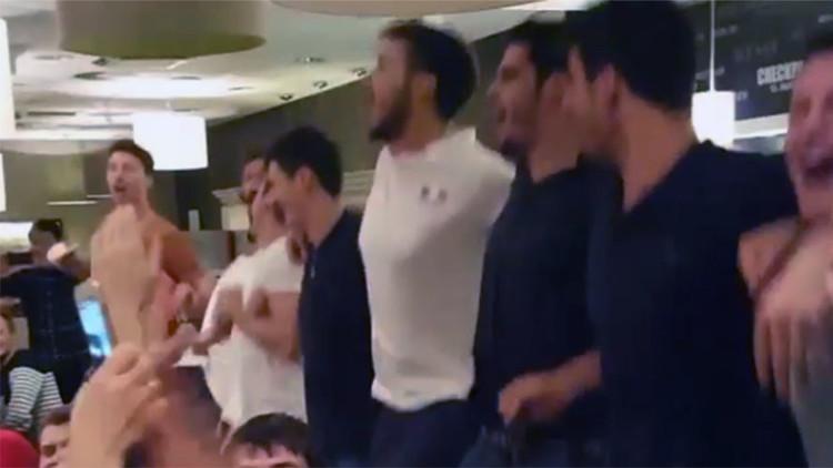 El equipo francés de voleibol canta Kalinka-Malinka después de su derrota frente a Rusia