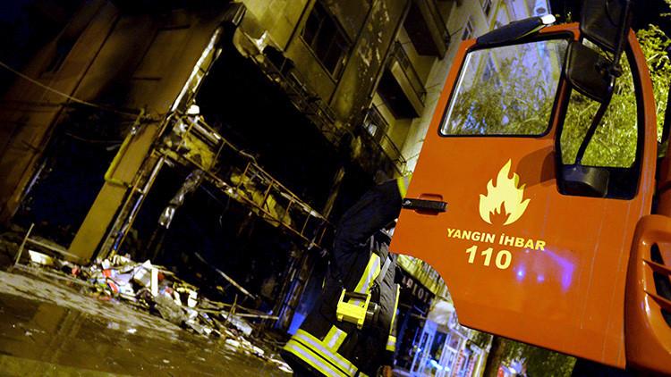 Fotos, video: Arde un hotel en el centro de Estambul