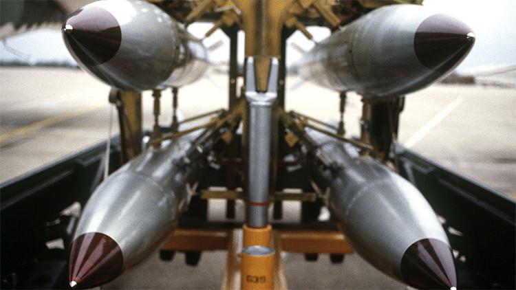 """""""Carísima e innecesaria"""": Obama recibe críticas por la nueva bomba atómica de EE.UU."""