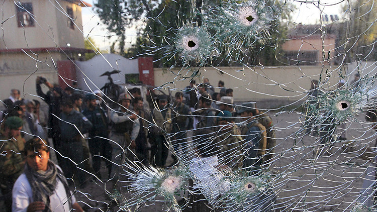 Las fuerzas de seguridad de Afganistán se ven a través del cristal roto en Jalalabad