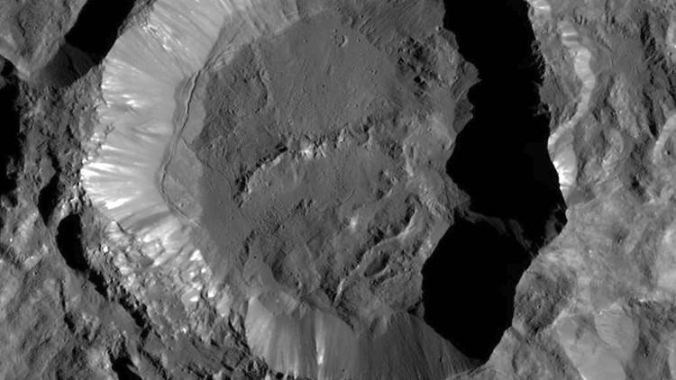 Hallan extrañas manchas blancas en el planeta enano Ceres