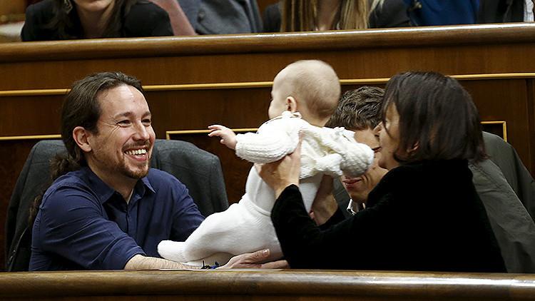 Una diputada española desata una ola de bromas en la Red al llegar al Congreso con su bebé