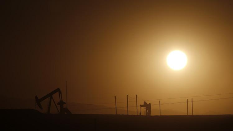 El precio del crudo Brent cae por debajo de los 30 dólares por barril por primera vez en doce años