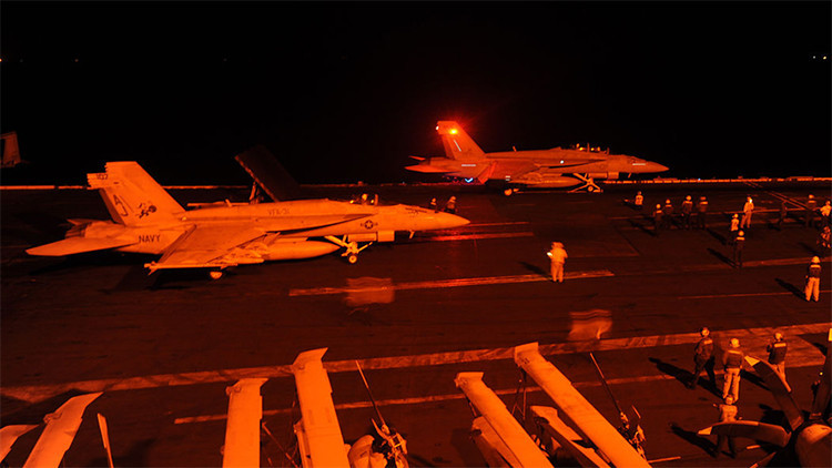 Dos cazas FA-19 Hornet despegan del portaaviones USS George H.W. Bush para atacar al Estado Islámico en Siria