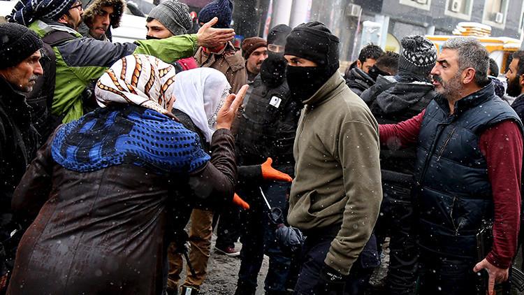 Manifestantes kurdos discuten con miembros de las fuerzas especiales de la policía turca durante una protesta contra un toque de queda en la ciudad de Diyarbakir, en Turquía el 31 de diciembre de 2015.