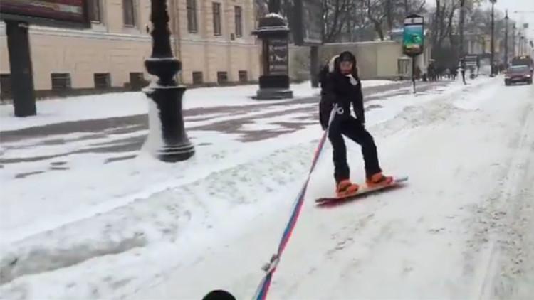 Snowboard 'de carretera' por el centro de San Petersburgo