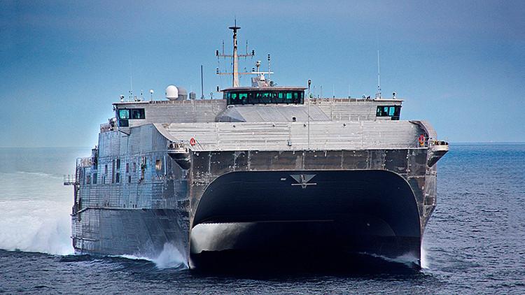La nave USNS Spearhead durante unas pruebas en el mar.