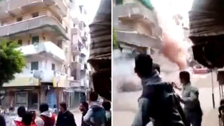 Impactante video: Una multitud corre para salvarse del derrumbe de un edificio en Egipto