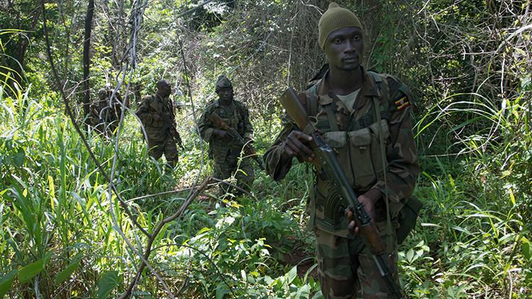 Un grupo de militares ugandeses buscan en la jungla a los combatientes del Ejército de Resistencia del Señor el 24 de junio de 2014