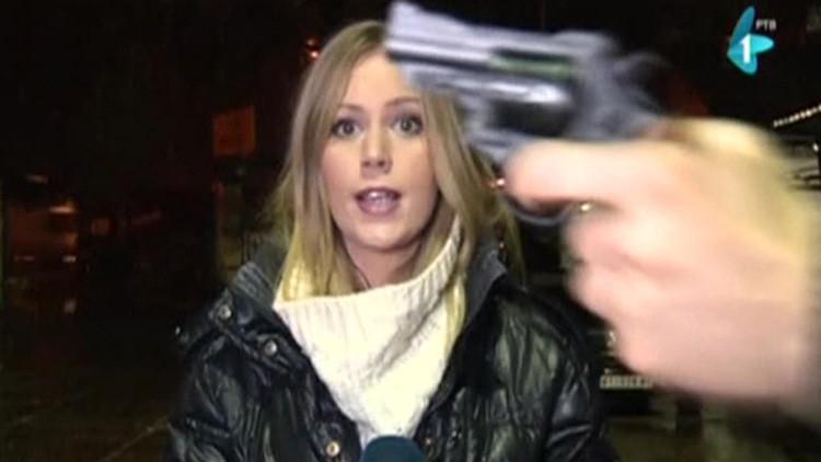 Video: Una reportera amenazada por un hombre con una pistola sigue hablando en directo sin inmutarse