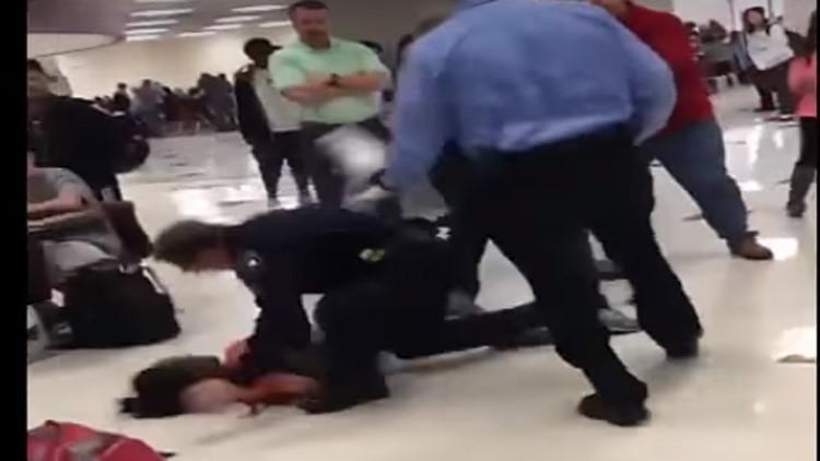 Video: Un policía noquea violentamente a una estudiante afroamericana de EE.UU.