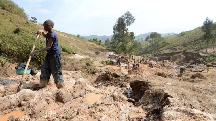 un niño cerca de la mina