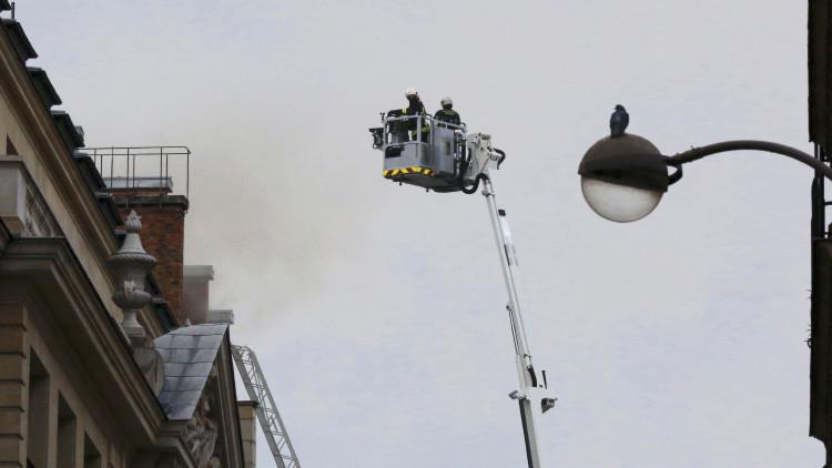 Bomberos franceses trabajan en la extinción del incendio en el hotel Ritz de París