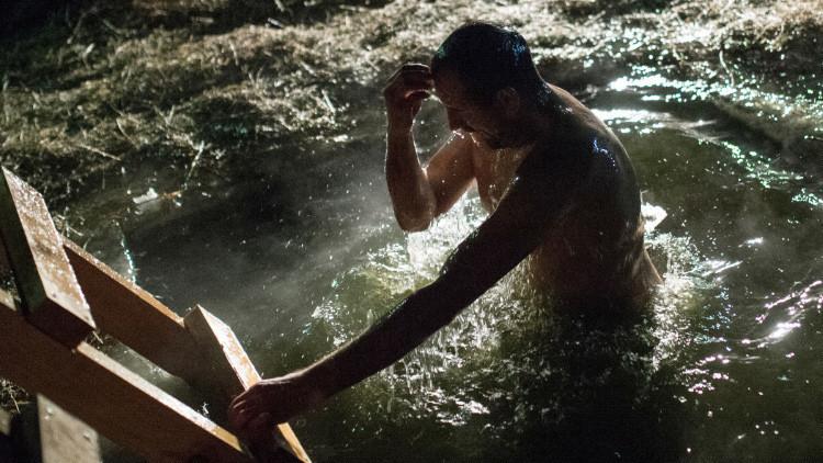 Bautismo: los rusos se sumergen en agua helada para volverse invencibles antes las enfermedades
